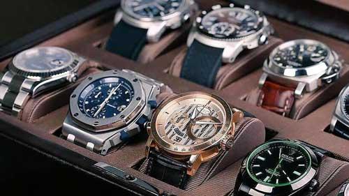 varios relojes de lujo en un maletin